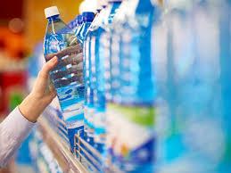 Wasserflaschen im Regal